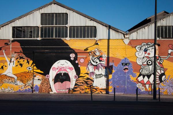אומנות רחוב על קירות של האנגרים נטושים