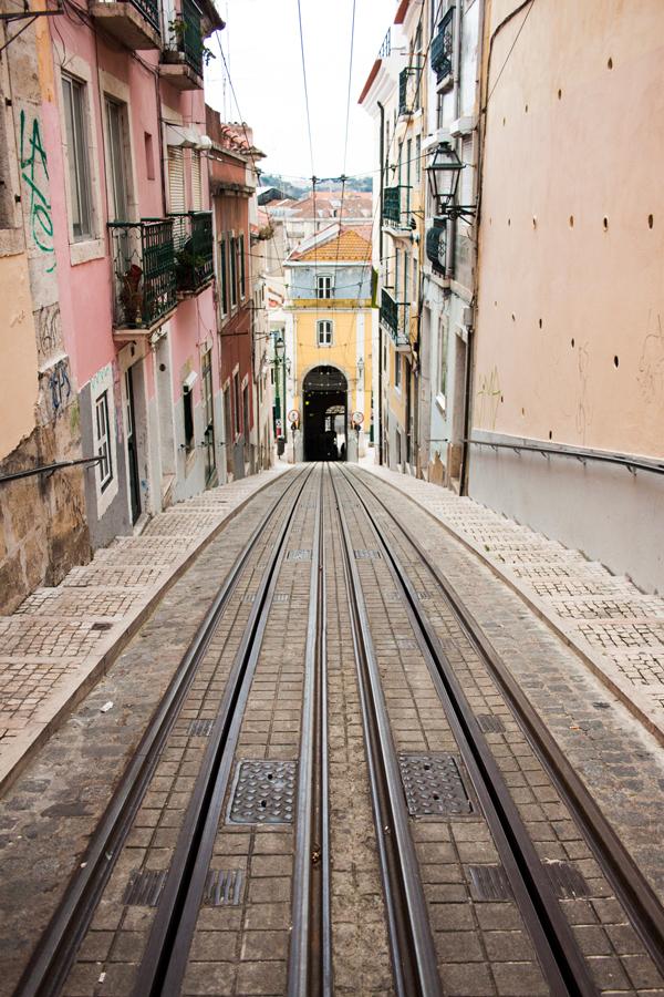 מסילה של הרכבת החשמלית באחת משכונות העיר