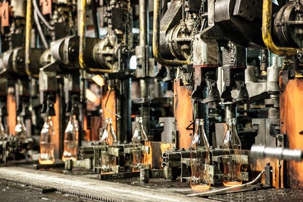 בקבוקי קוקה קולה מיד לאחר הוצאה מהתבנית במפעל פניציה. צילום: שגיא שכטר