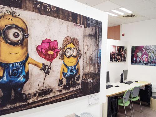 תמונות התערוכה מילאו כל פינה בספריה. בתמונה, העבודה 'האהבה על הקיר' של ג'והנה קוזמוביץ.