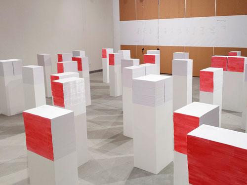 תערוכת 'שירת חפצים' מציגה ערימות של שירים שהמבקרים מוזמנים לשוטט ביניהן ולאסוף לעצמם.