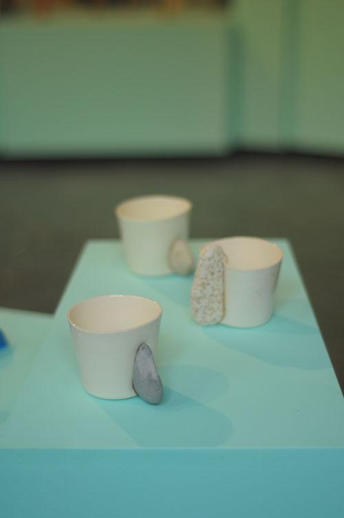 טריאנלה, כוסות קרמיקה ואבן  של גלינה ארבלי. צילום: טל ימין