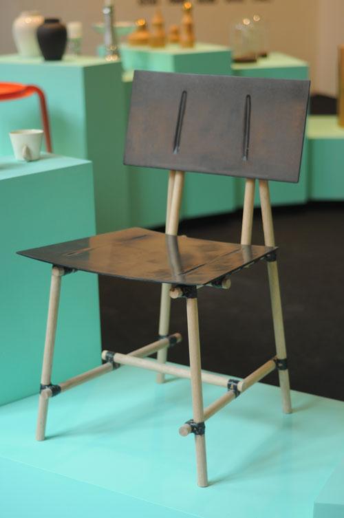 טריאנלה, כיסא מקרבון של אילון ערמון. צילום: טל ימין