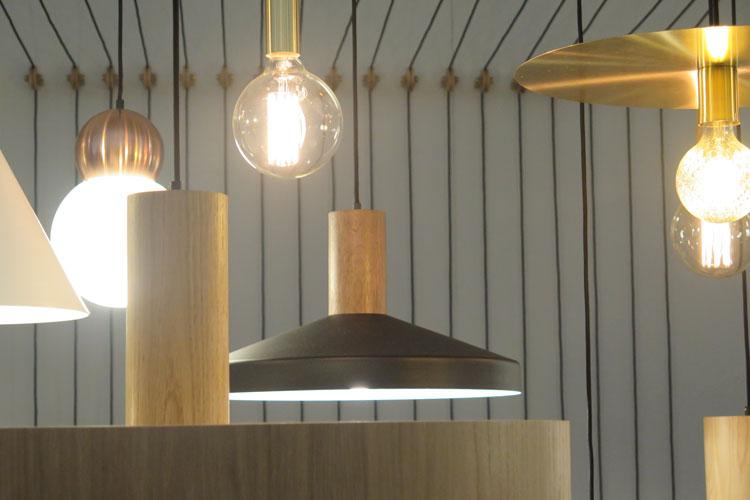אסף וינברום, מרצה במחלקה לעיצוב תעשייתי, הציג גופי תאורה מקולקציה 2016 17.