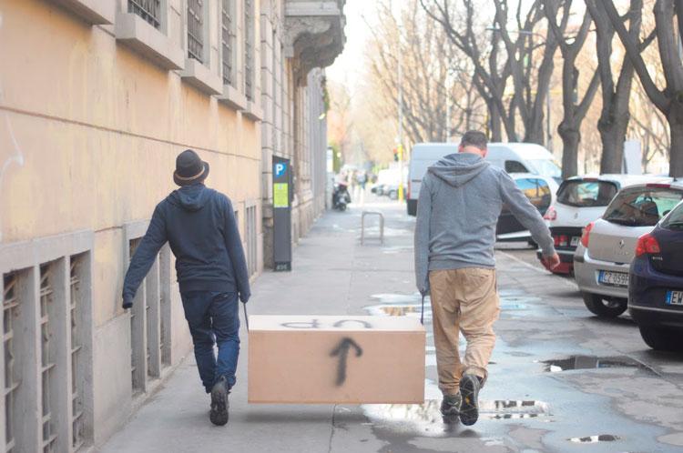 עמוס פרייברג ומאור אהרון פורקים ציוד. צילום: טל ימין