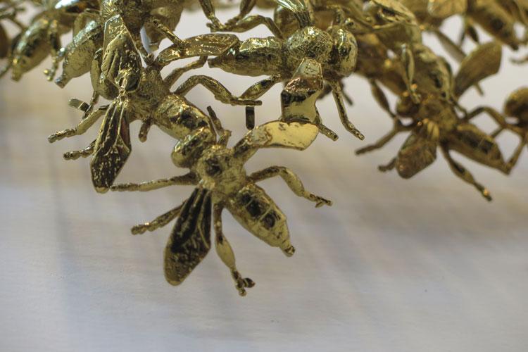 רות נעם, יציקות של חרקים מצופי זהב. נותנת משמעות חדשה.