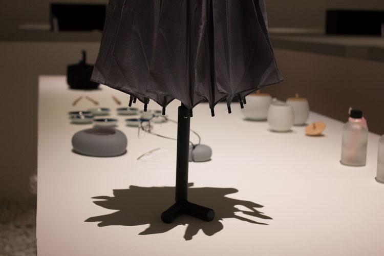 מטרייה עומדת, ננדו: המרווח שבין לבין. צילום: שני הרצברג
