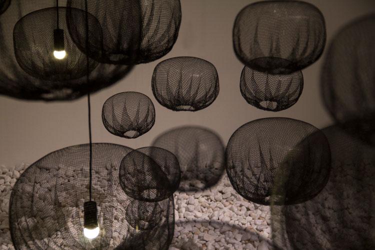מנורות רשת חקלאית, בין חימום לעיצוב צורה. המרווח שבין לבין. צילום: בר סהר