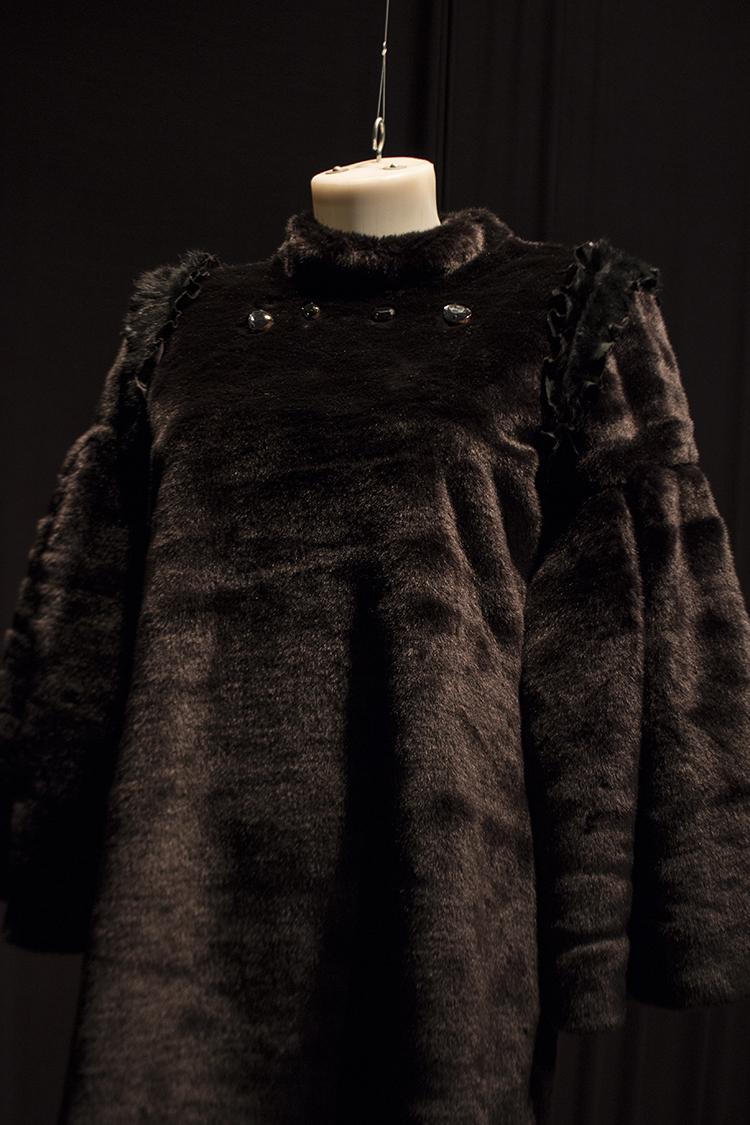 אושי גרבובביצקי, לאושיה , שמלה דמוית פרווה עם כיסים. אלמנטים דמויי עור ואבני סברובסקי.