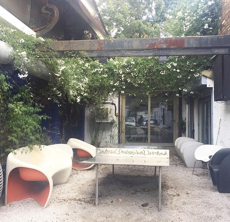 חצר הסטודיו של רון ארד.