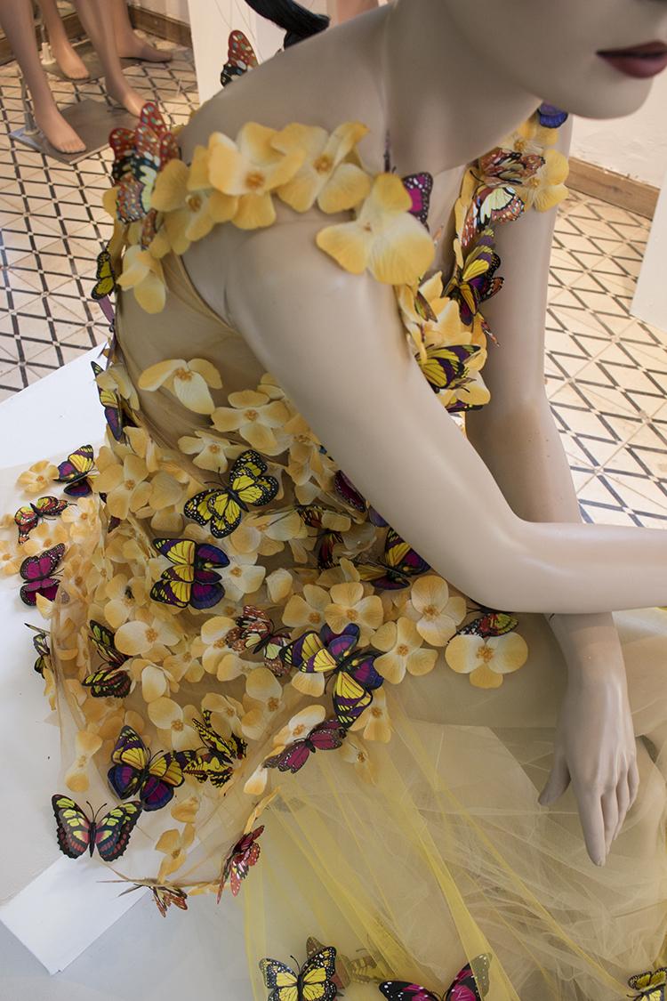 ירון מינקובסקי, 1500 פרפרים מפלסטיק יוצרים שמלת ערב מרהיבה המסמלת שמחה, התחדשות וחופש.