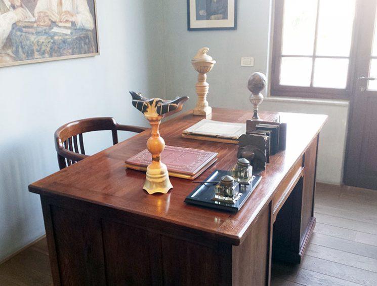 עבודות שונות של שי עיד אלוני. טוטמים פגאנים המורכבים מחלקי חפצים וממוקמים בין החפצים האישיים של ביאליק.