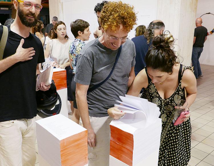 אורחים חביבים שהגיעו לפתיחה החגיגית של התערוכה בחיפה. צילום: רז'יד