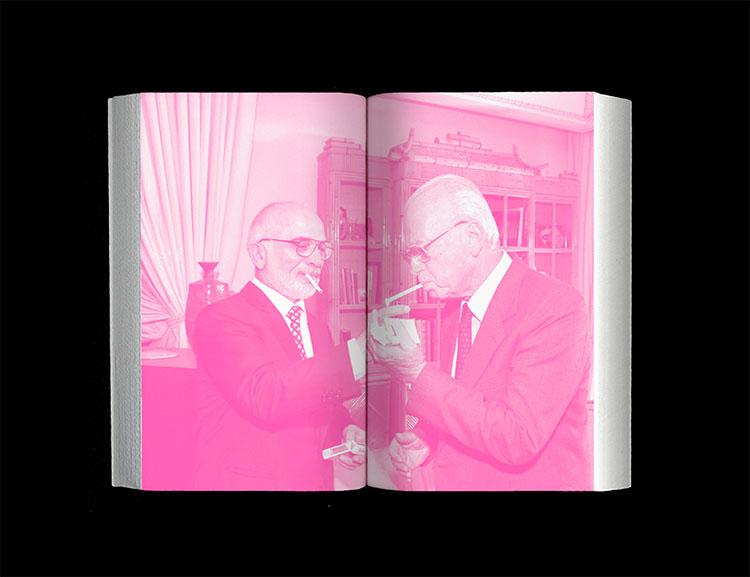 חוסיין מלך ירדן מדליק לראש הממשלה יצחק רבין סיגריה במעונו המלכותי בעקבה, לאחר חתימת חוזה השלום במסוף הערבה שליד אילת, 1994. צילום: פאבליק סקול.