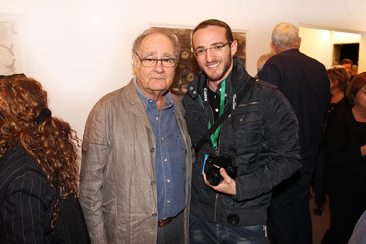 כתבנו ידידיה איש שלום עם מיכה אולמן בפתיחת התערוכה, צילום: אור גפן