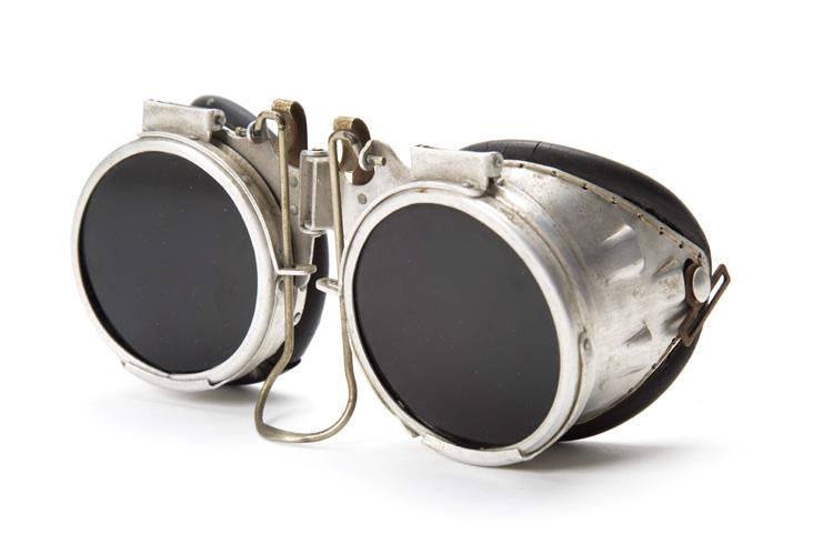 משקפיים מקצועיות עשויות אלומיניום וגומי משנת 1960. צילום: יח