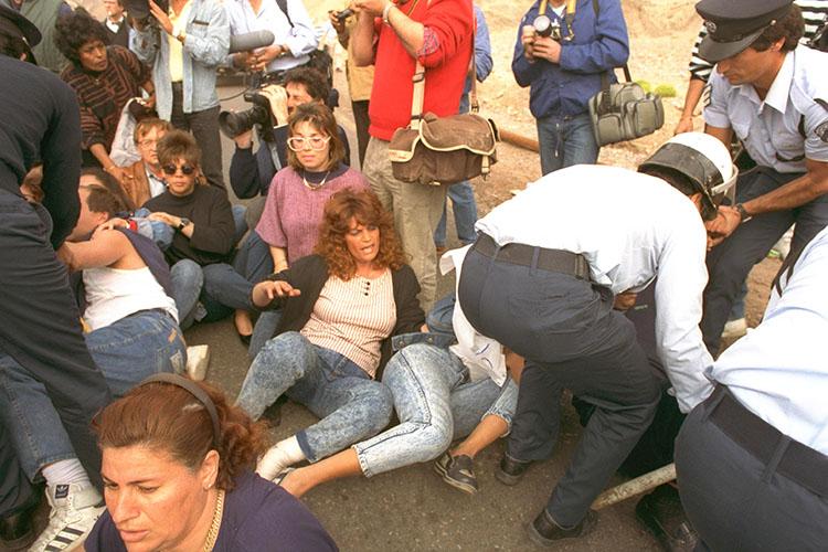 שוטרים ישראלים מפנים את עובדי מלון