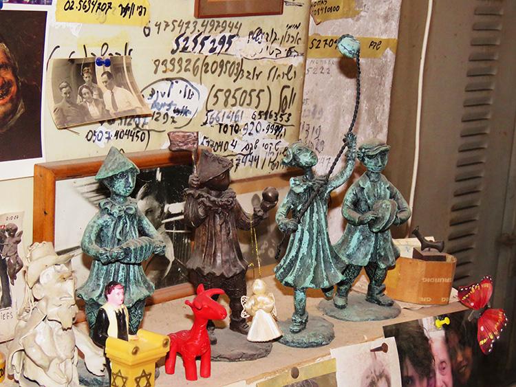 פסלי ברונזה קטנים על שולחנו של יוסל בסטודיו