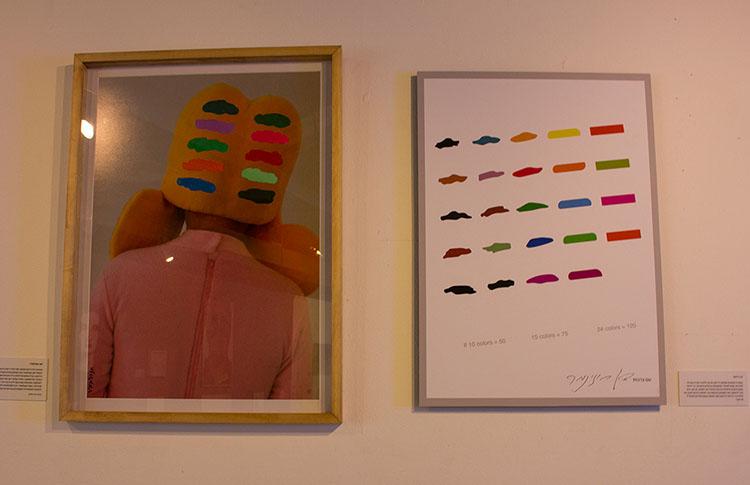 ימין פרופ׳ ירום ורדימון. שמאל זאב אנגלמאיר. שימוש בצבעי היסוד כלאמנט חוזר בעבודותיו של ורדימון, על דמות האלטר אגו של אנלגלמאיר, שושקה, כמריחה על לוחות הברית החבויים בשיערה
