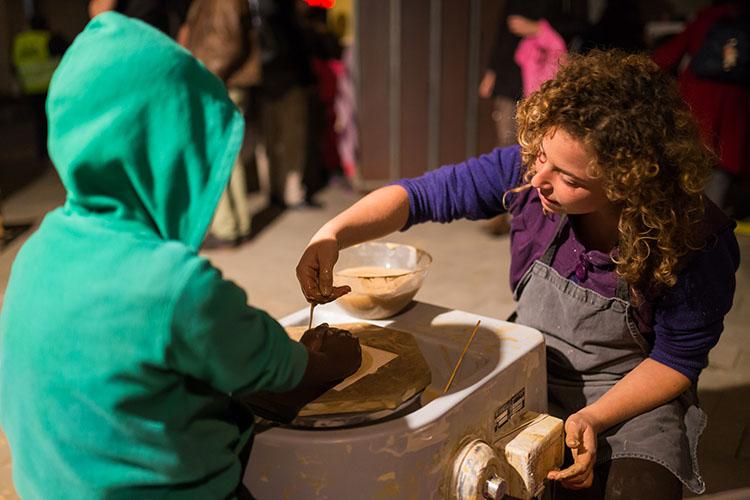 יניב שסר אדם, אדמה. יצירה משתפת בצביעה ויצירת כוסות קרמיקה המבקרים בפסטיבל ייצרו וצבעו כוסות תשורה שהועברו למבקרים הבאים