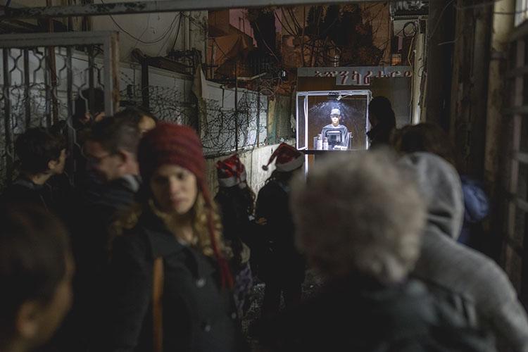 רשת ביטחון - עבודת מיצג של אורי זמיר ומאי אלימלך. שלט של אורומה מוביל לסמטה אפלה בה נפתח סניף חדש,