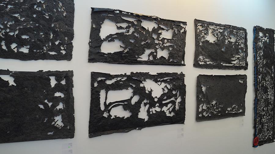 לוחות פחם, זוודיטו יוסף סרי, מסדרה 'שוות'. צילום: אריאלה מרטינז
