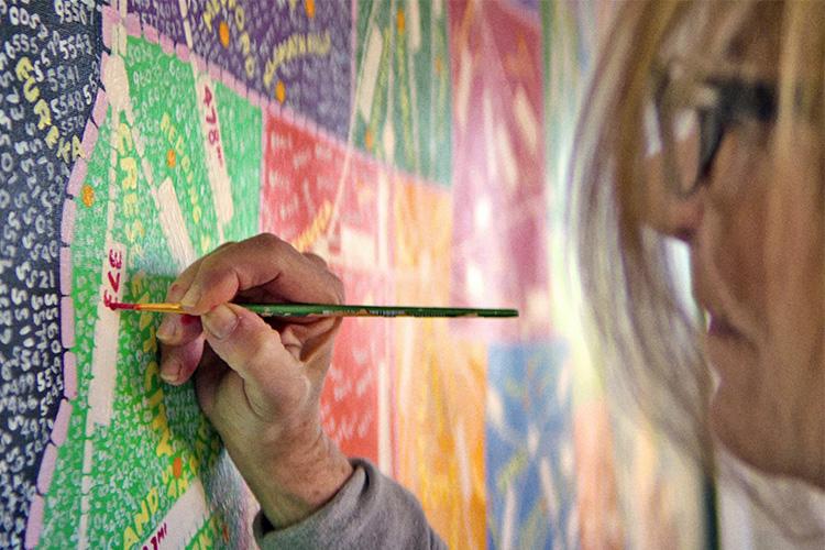 פולה שר, מעצבת גרפית, מציירת בסטודיו שלה, פרק 6