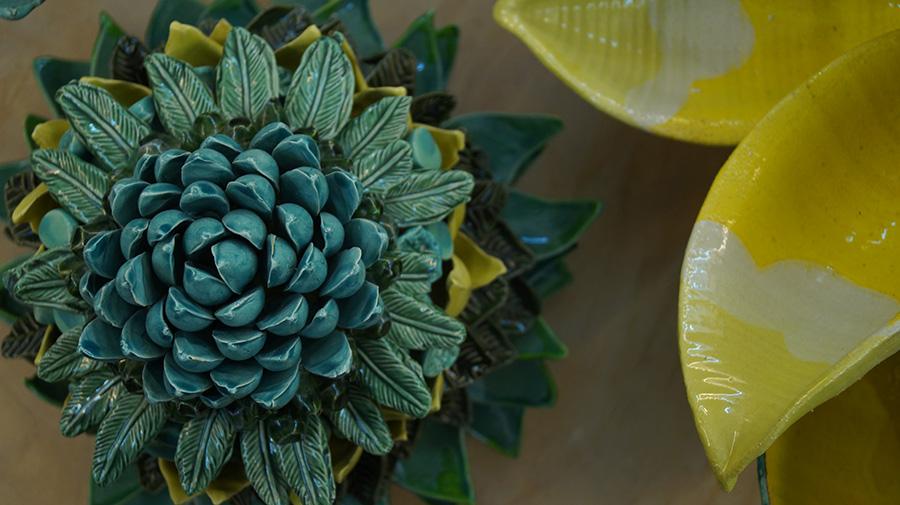 קרין צור, סדרת פרחים מחימר. גלרייה פלורנטין 45. צילום: אריאלה מרטינז