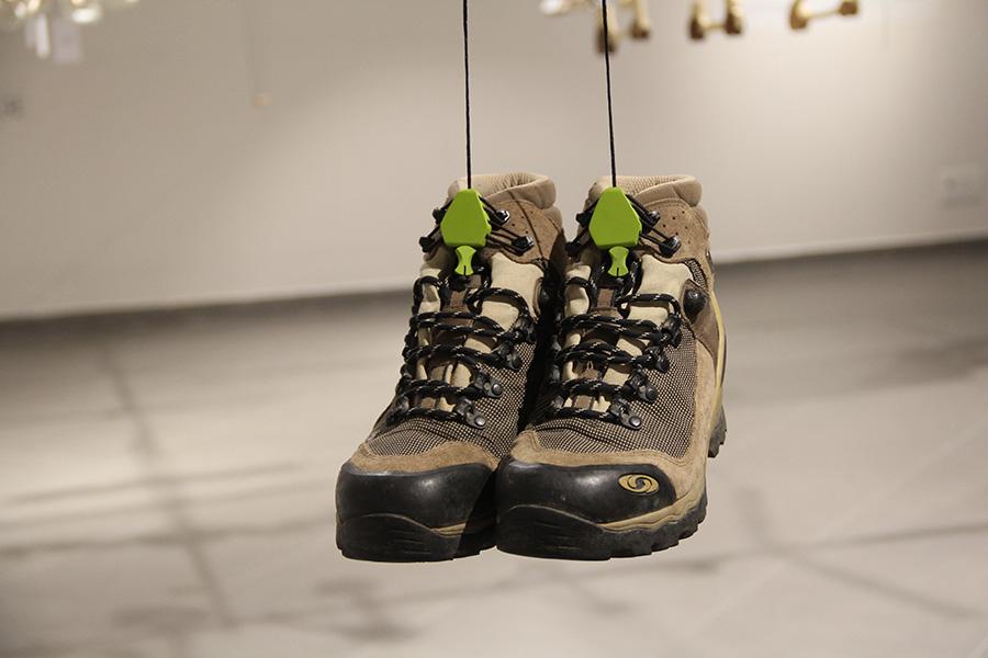 אסף כהן - קולב לתליית נעלי טיולים על חבל