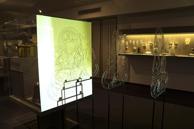 האמנית יאנה רוטר בחרה לפרק תחריטים בדמות חיילים המופיעים על אגן מתכת מתקופת האמפריה האסלאמית
