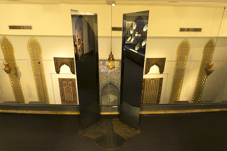 טליא ינובר ואירה רזניק יצרו עמדת התבוננות על המח'ראב שניצב בקומת הכניסה למוזיאון