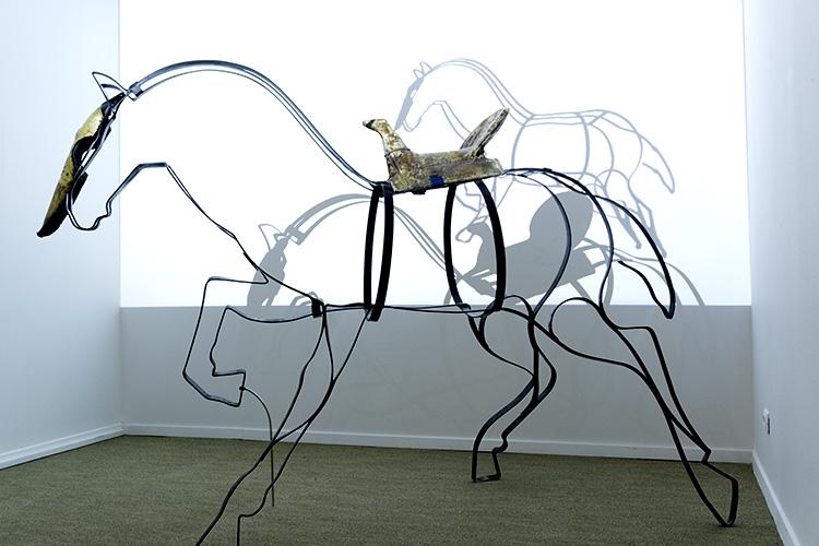 מייצג הוידאו של עדן אורבך - עפרת מפיח חיים בשלד מתכת של סוס