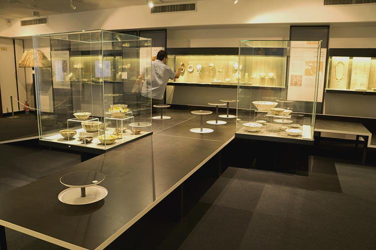 מיצג של משרד האדריכלים טלמון - בירן, מסלול הליכה היוצר התערבות בחלל ובואון ההתבוננות על העבודות המוצגות במוזיאון