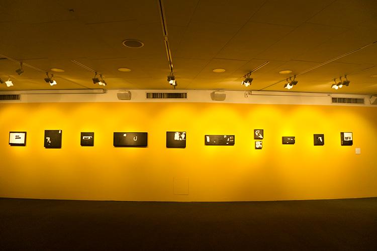 ציורים של מיכל היימן מבקשים לפרק את החפצים הנמצאים דרך קבע בחדרו של הפסיכואנליטיקן