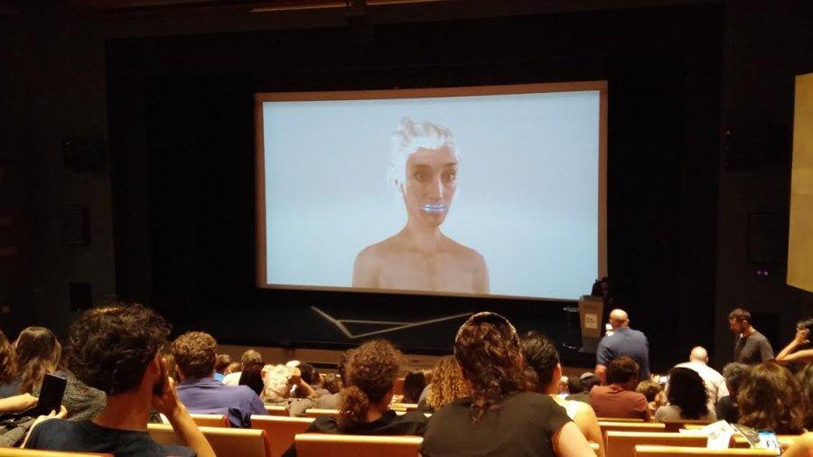 דמות ממוחשבת, חלק ממופע פרפורמנס של קארה פרנסיס. צילום: קרן בומשטין