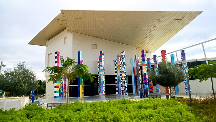 חזית המוזיאון ו