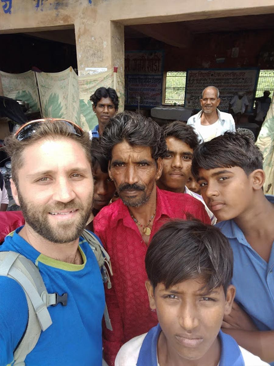 טל עם אנשים מהודו. צילום_ טל ימין
