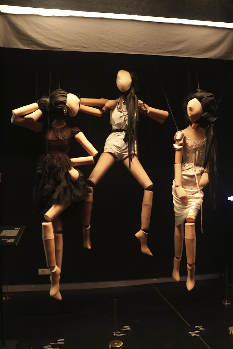 בובות שפיסל ויקטור בלאיש לתערוכה, לבושות בבגדים ובתכשיטים שענדה אלקבץ בהפקת אופנה משנת 2010 ל-Belle Mode magazine. צילום: ספיר בן צבי.