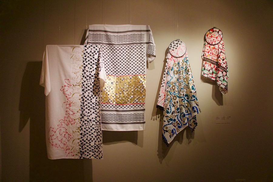 האזר גראבלי יצרה קולקציית גלאביות וכאפיות שמיועדות לנשים בהשראת טקסטילים ואריחים שירשה מסבתה. צילום: אורית בהרל רום.