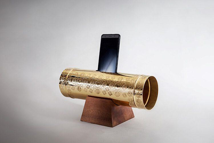"""""""טס נחושת־מגפון"""", רמי טריף. כלי הגברה לטלפון חכם, העיצוב מהדהד את מצוות """"אחוות האחים"""" בדת הדרוזית. צילום: יעלי גבריאלי"""
