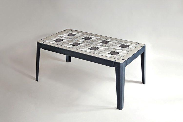 """""""שולחן דיוואן"""", רמי טריף. הפרויקט ביקש לבחון את השינויים החברתיים והתרבותיים שעוברים על החברה הדרוזית בישראל. צילום: יעל גבריאלי"""