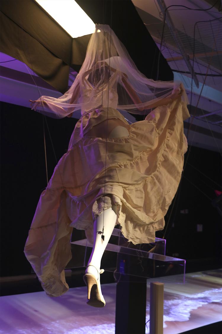 שמלת כלה: חצאית, חולצה והינומה, אלבר אלבז. החצאית נלבשה בטקס פרסי אופיר 2014. צילום: ספיר בן צבי