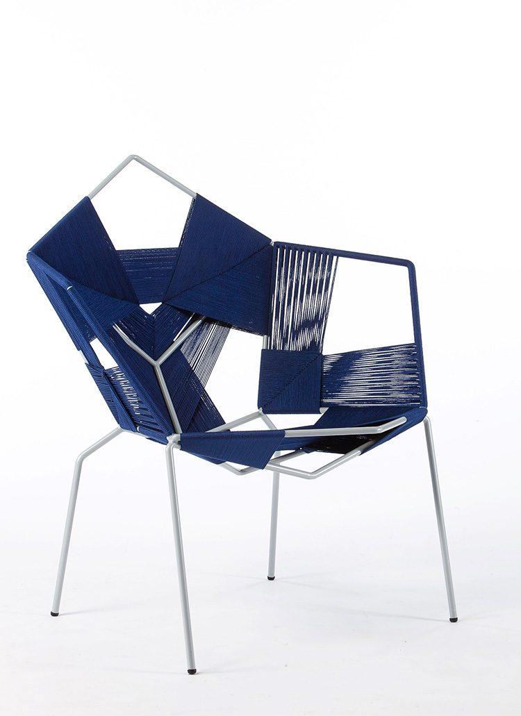 """""""COD Chair"""", רמי טריף. כסא בקליעה ידנית בחוט סינתטי, מתוך קולקציית רהיטים קלועים בעבודת־יד. צילום: עודד אנטמן"""