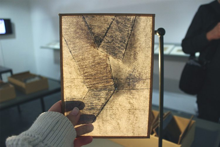 אחד הציורים של טלי נבון בהשראת תשבי, שקף בתוך יריעת זכוכית.