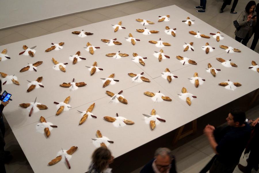 תמונה: ארבעים ותשעה ככרות הלחם של מירצה קנטור, מבט מהקומה השניה של הגלריה