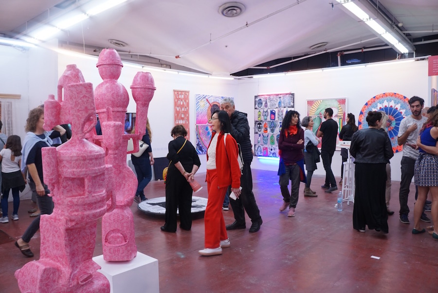 מבקרים ביריד האומנות צבע טרי