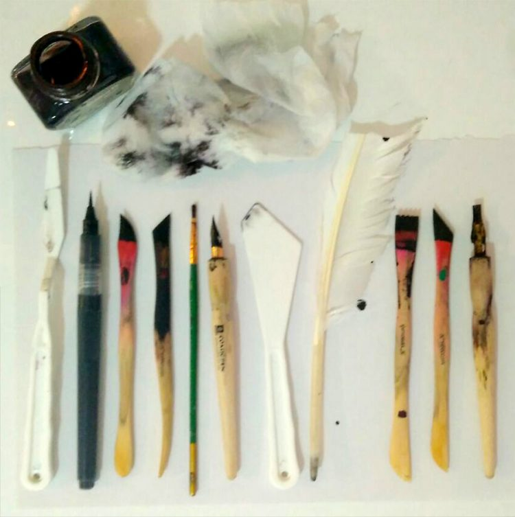 תמונה: מגוון כלים לכתיבת אותיות. צילום: לב מזוז קליפה