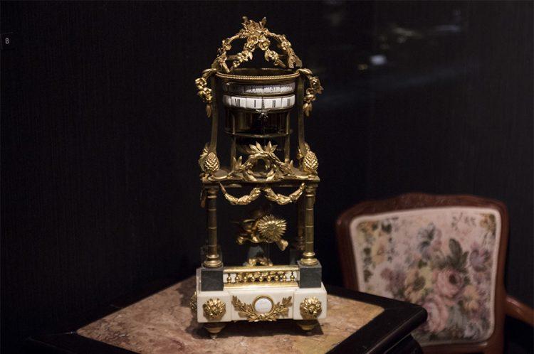 שעון מדף עשוי מתכת מוזהבת, אמייל ושיש - פריז 1730 בקירוב