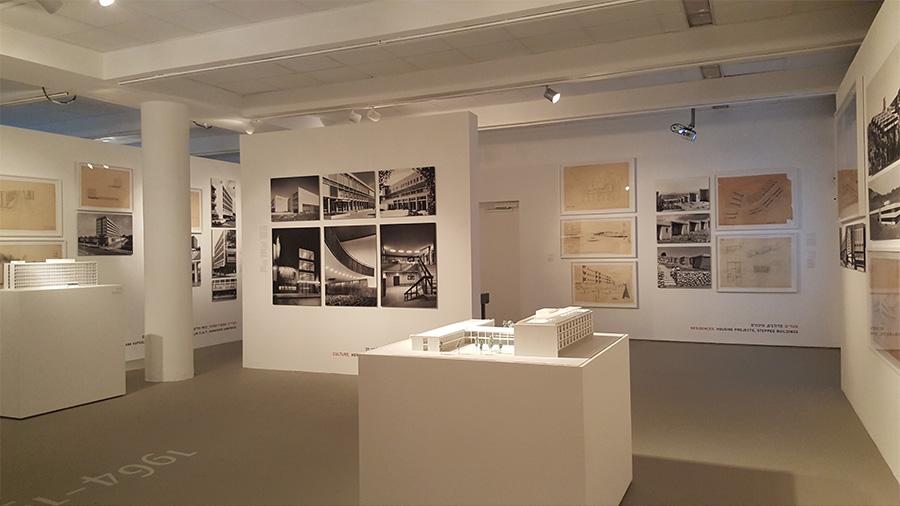אינספור עבודות, צילומים ומודלים של האדריכל אריה שרון מוצגים לפי תקופה כרונולוגית.