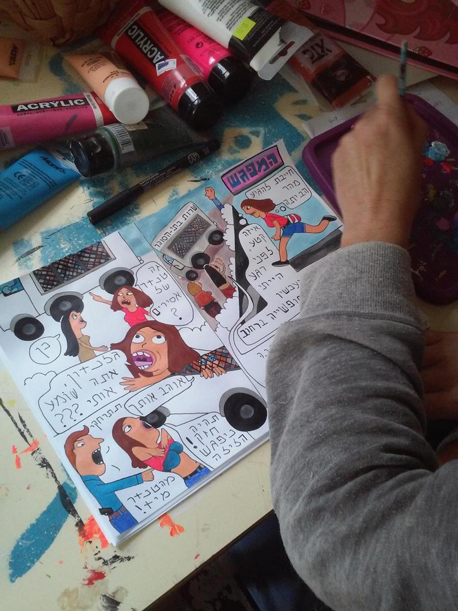 איזבלה עובדת על קומיקס שלה ושל גלנדון, 2016_